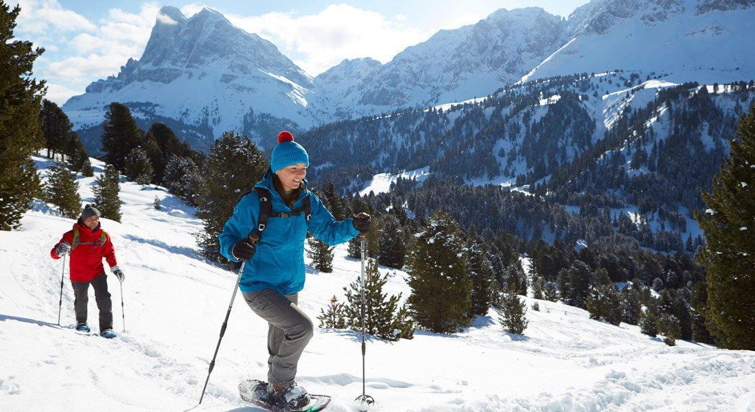 Escursioni invernali e con racchette da neve lungo silenziosi sentieri attraverso i monti